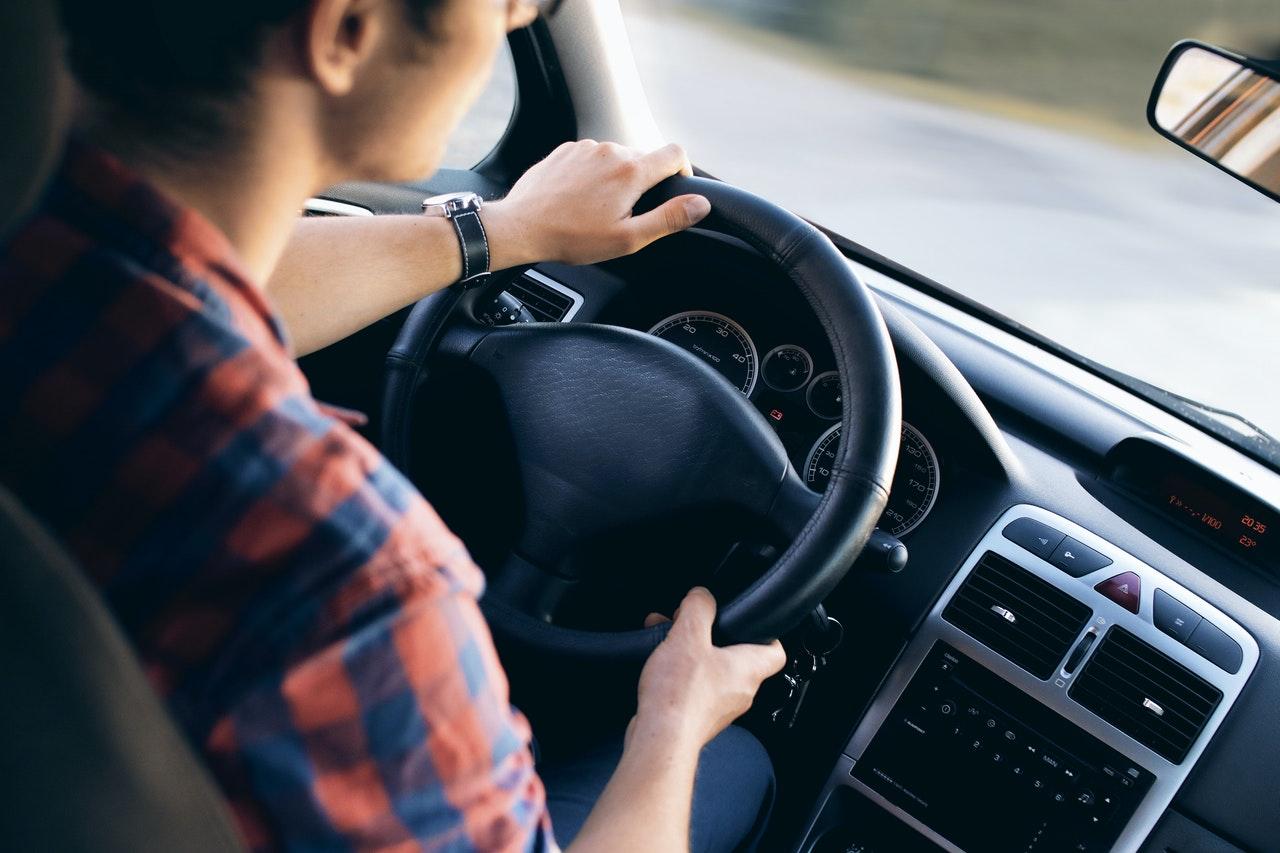 Un homme à l'intérieur d'un véhicule