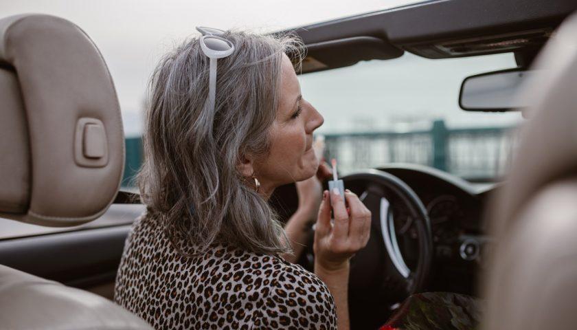 Une femme dans une voiture