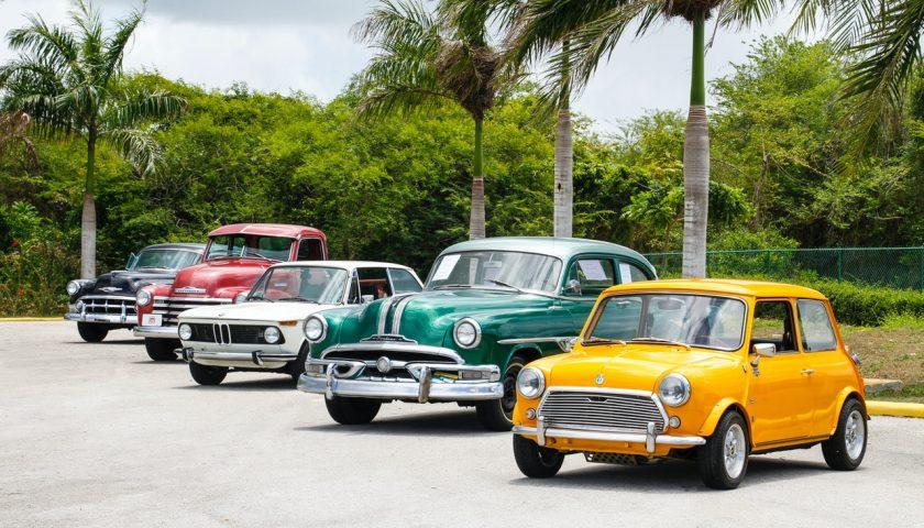 Cinq voitures garées