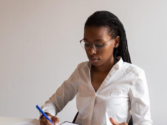 Une femme entrain d'écrire